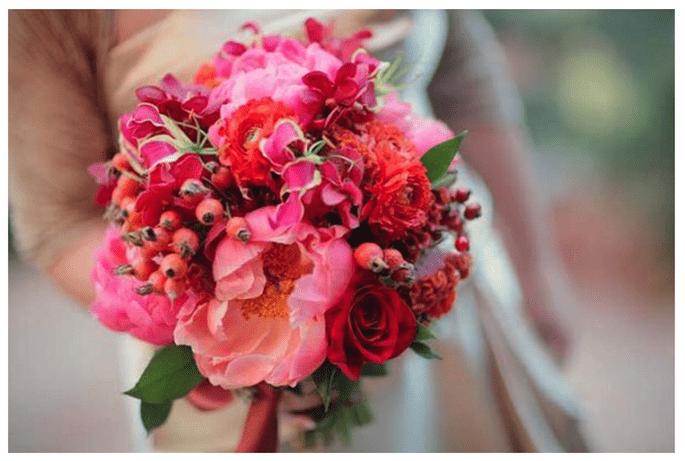 Flores en diversas gamas de rosa y rojo - Foto Sedona Bride