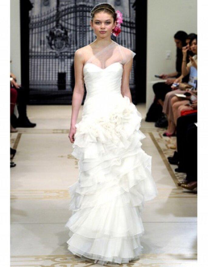 Vestido de novia escote palabra de honor, talle bajo con volantes en la falda