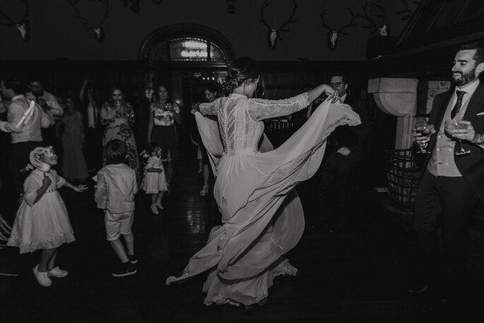 Novios bailando en la fiesta de la boda