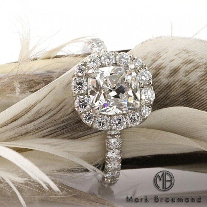 Anillo de compromiso de diseño artesanal con un sinfín de diamantes - Foto Mark Broumand