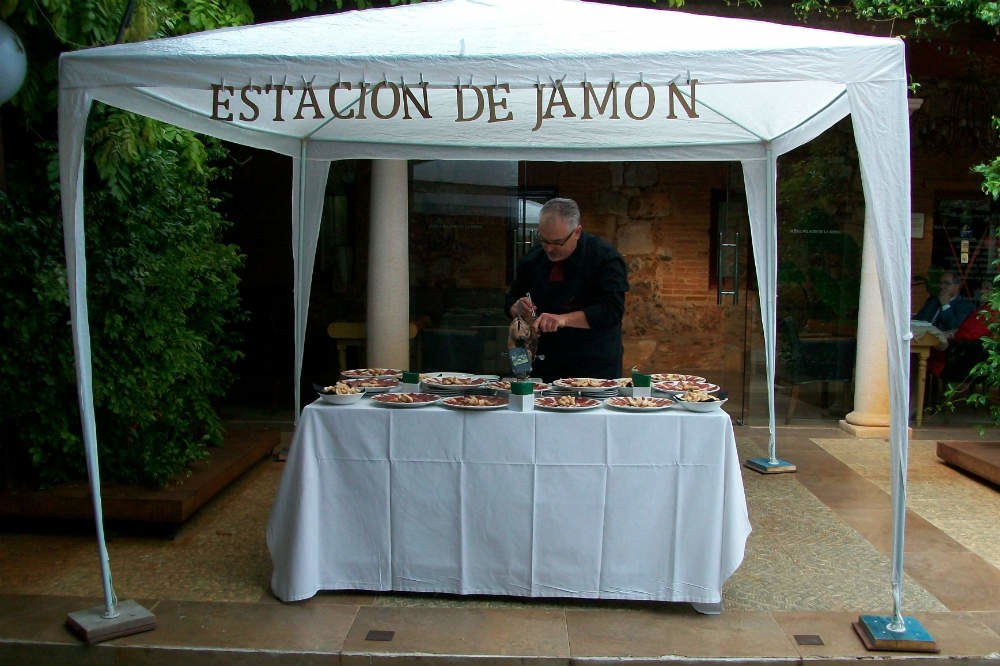 Jamonero cortando en la estación de jamón con carpa
