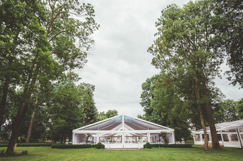 Namiot weselny ustawiony na polanie w Parku.
