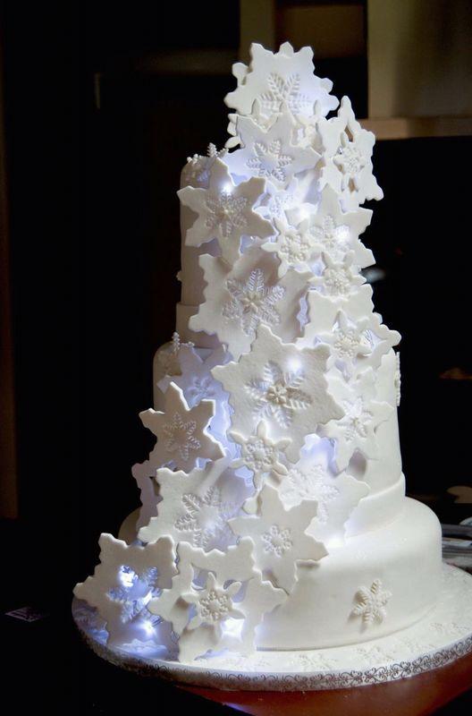 Pastel temática invierno polar con copos de nieve en 3D y luces
