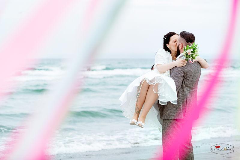 Hochzeitsfotograf Ostsee, Hochzeit an der ostsee, stilvolle und anspruchsvolle Hochzeitsreportagen, Braut tragen, Hochzeit auf Rücken, Hochzeit auf Kap Arkona in einem Leuchtturm, Vintage Hochzeit auf Rügen