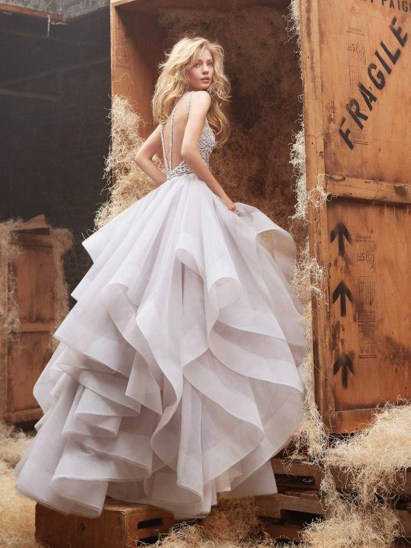онкие линии страз на спине добавляют стиля и завершают этот свадебный образ.
