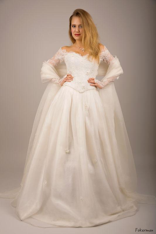 Robe de mariée Joanna en organza de soie et dentelle fine perlée Agnès Szabelewski. Photo : Fokerman