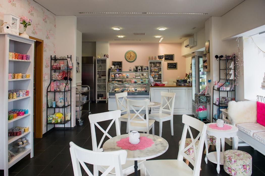 Wir haben auch eine Cupcake-Theke mit täglich bis zu sechs verschiedenen Sorten und natürlich darf auch ein feines Kaffee in gemütlichem Ambiente genossen werden