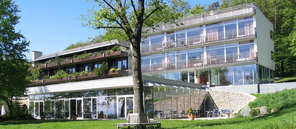 Beispiel: Aussenfassade des Hotels mit der Terrasse, Foto: Berghotel Tulbingerkogel.