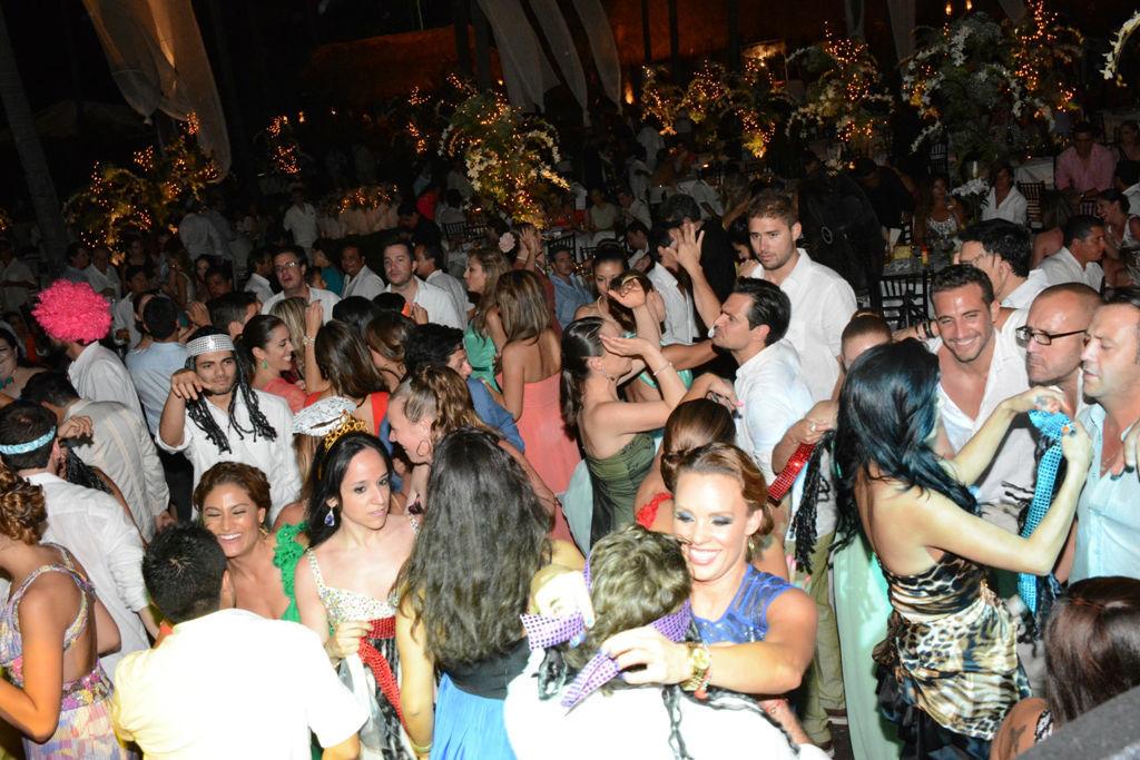 Tener a tus invitados divertidos y bailando toda la noche, hará la diferencia en tu evento.