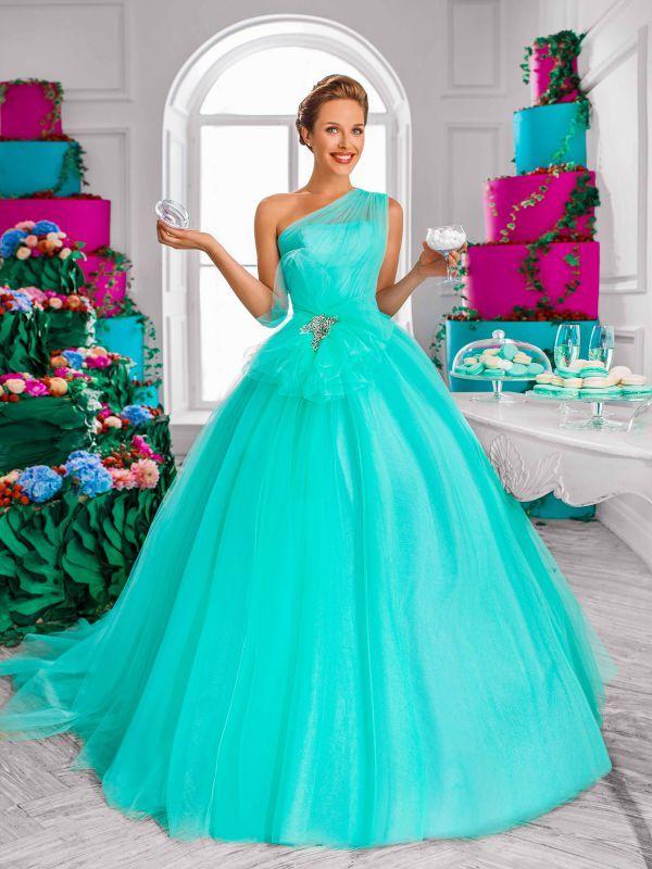 Пышное платье из фатина с ассиметричным верхом мятного цвета от Helen Miller