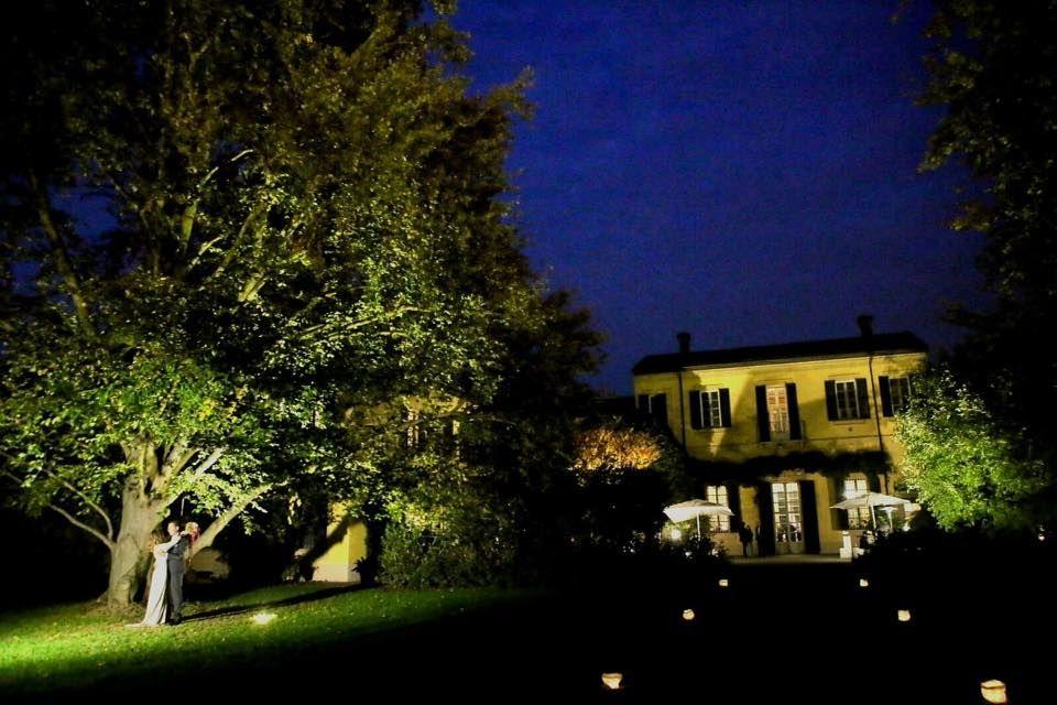 Villa Negri in notturna con l'ambientazione scenografica nei viali d' ingresso