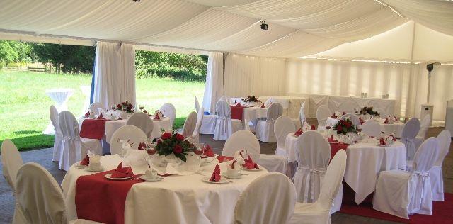 Beispiel: Hochzeitsgedeck im Partyzelt, Foto: Landhaus Geliti.