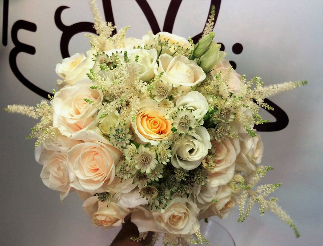 Ramo rosas blancas, astrantia y astirbe