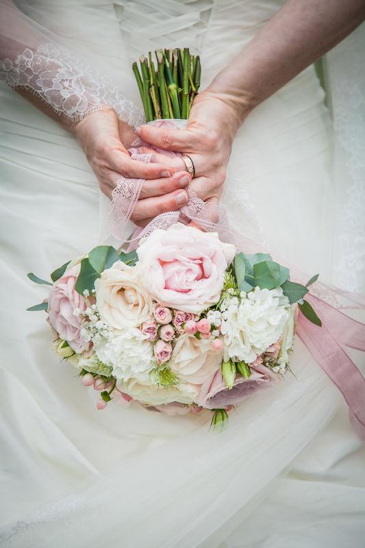 Biedermeier Brautstrauß in blushed Pastells  Foto: Christian Stumpf