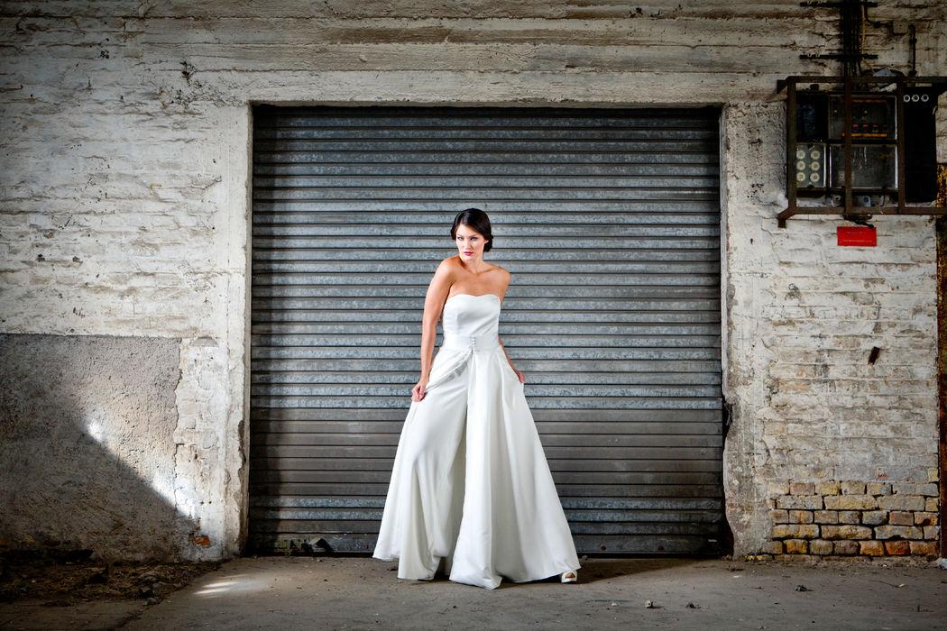 la mode abyssale by Helen Bender Hochzeitsoverall mit langem Überrock aus feinem Satin Beispiel Kollektion 2016 Foto: www.foto-rimbach.de