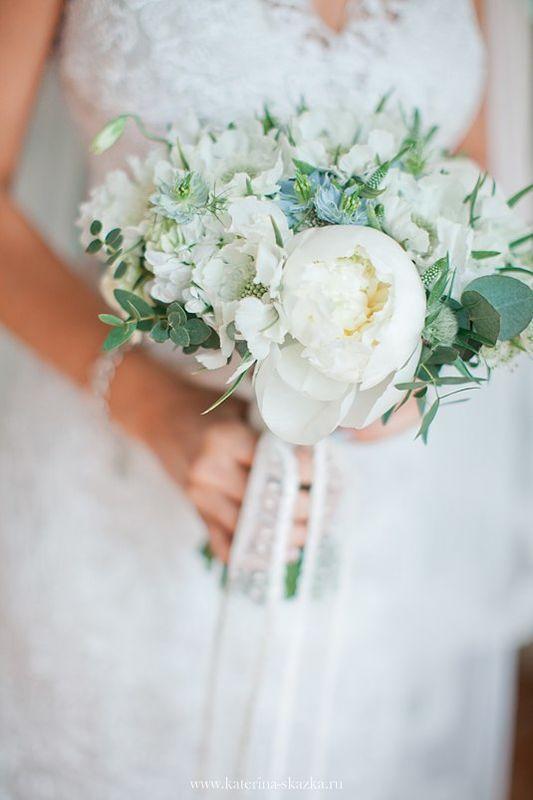 бело-голубой букет невесты с пионами флорист Кристина Каберне