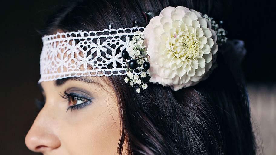 Beispiel: Braut mit blumigem Haarschmuckin weiß, Foto: Blumen Isabella.