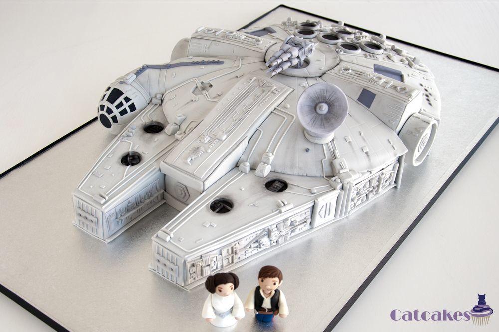 Tarta esculpida de El Halcón Milenario de Star warss con pareja de novios.