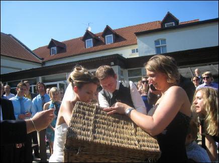Beispiel: Brautpaar lässt Hochzeitstauben steigen, Foto: Hotel Schöne Aussicht.
