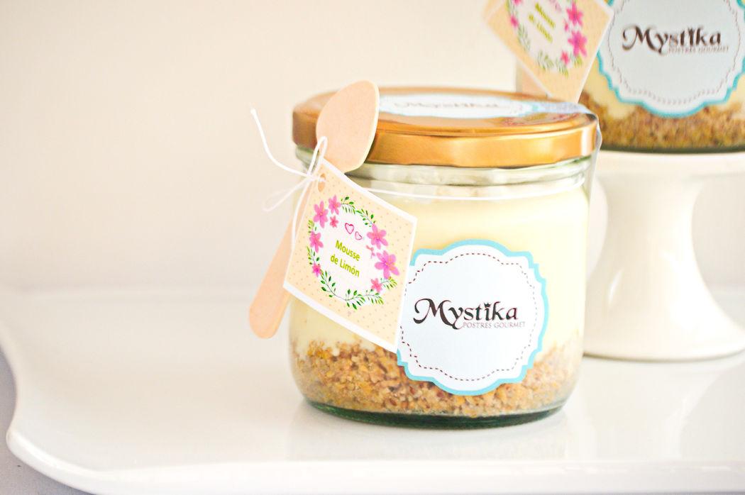 Mousse de limón sobre galleta de cereal interal y nueces, en frasco de vidrio re-utilizable