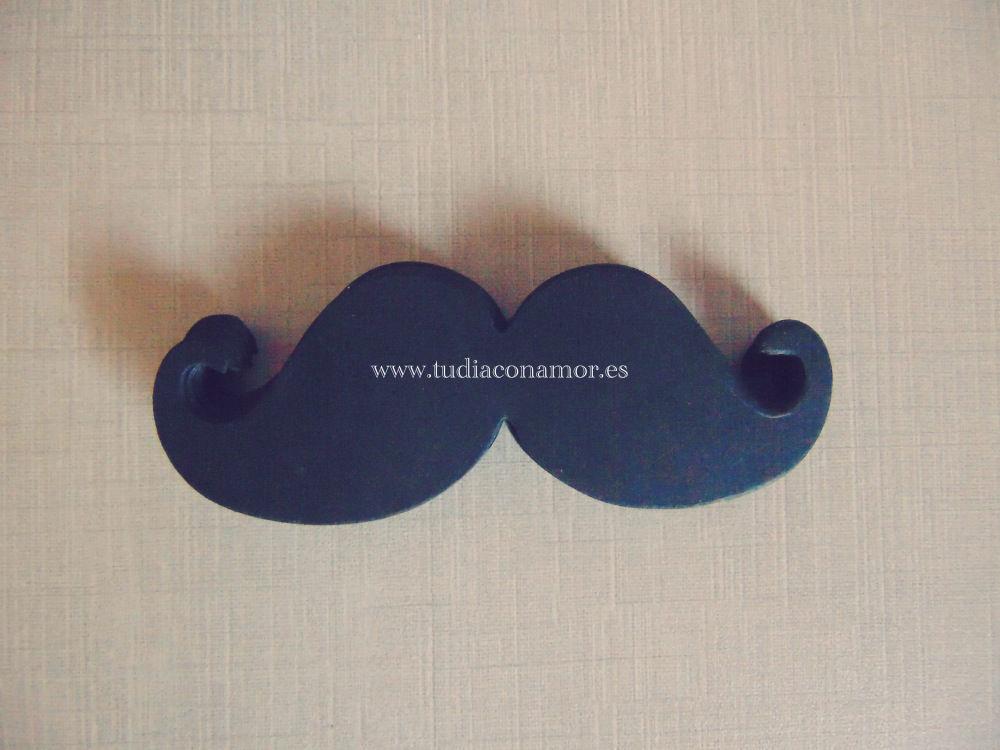 Bigotes decorativos de cartulina. Ideales para poner el nombre de los invitados o como etiqueta.