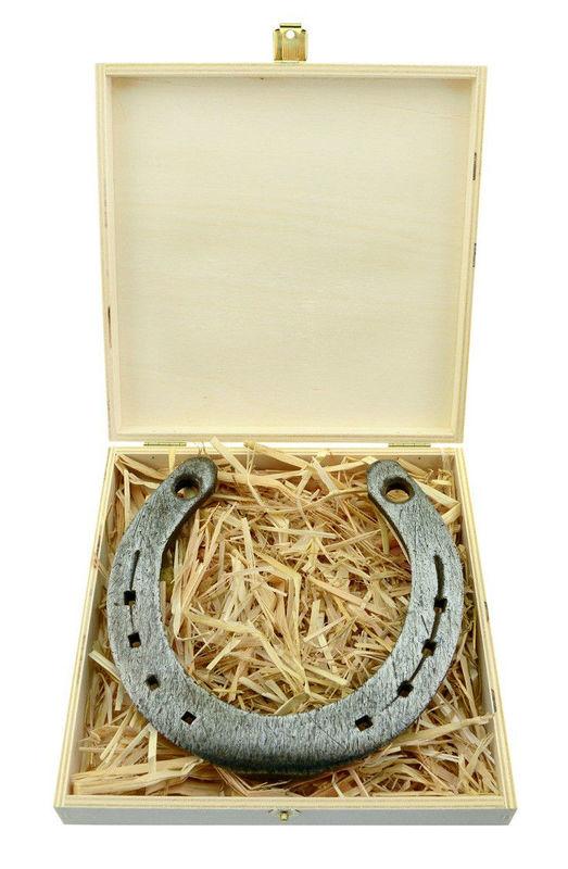 Echtes Hufeisen verpackt in einer edlen Holz-Geschenkbox, gefüllt mit Stroh Foto: Hot-Princess.de.