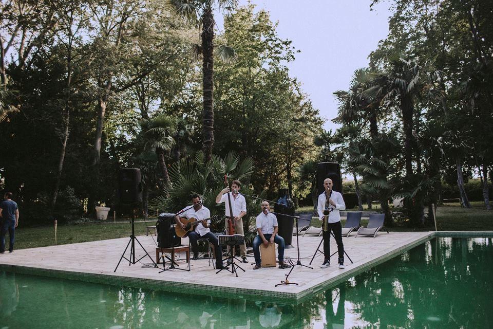 Groupe de musique au bord de la piscine