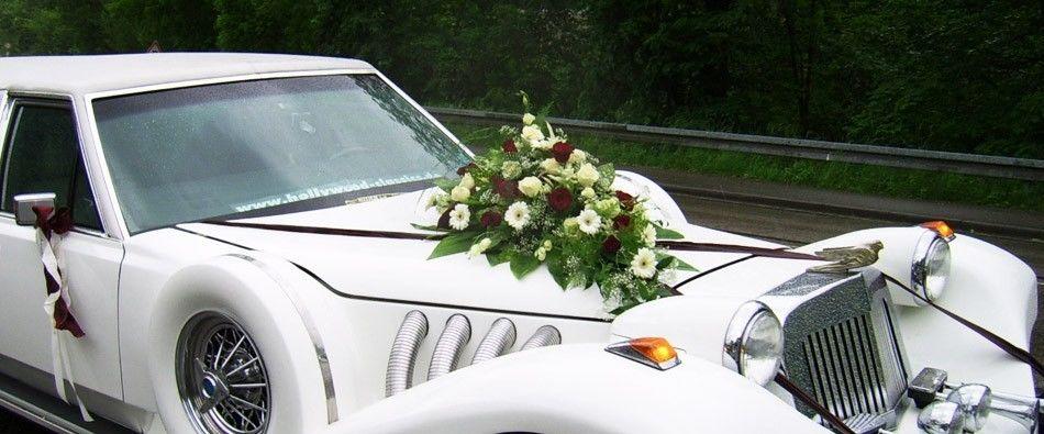 Beispiel: Blumenschmuck für das Brautauto, Foto: Moni's Blumenladen.