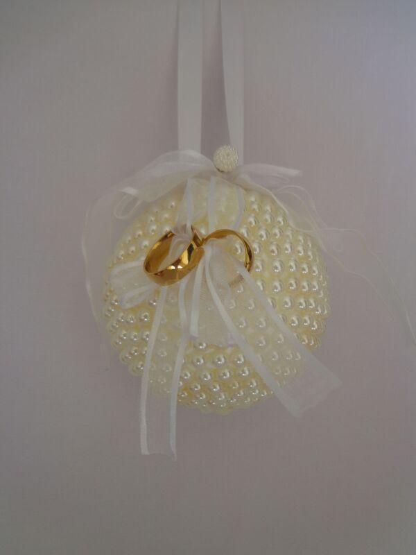 Porta aliança em formato bola recoberta de pérolas marfim.