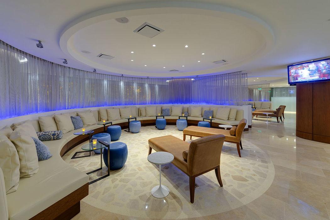 Sala Lounge Bar con coctelería tropical, licores nacionales e internacionales