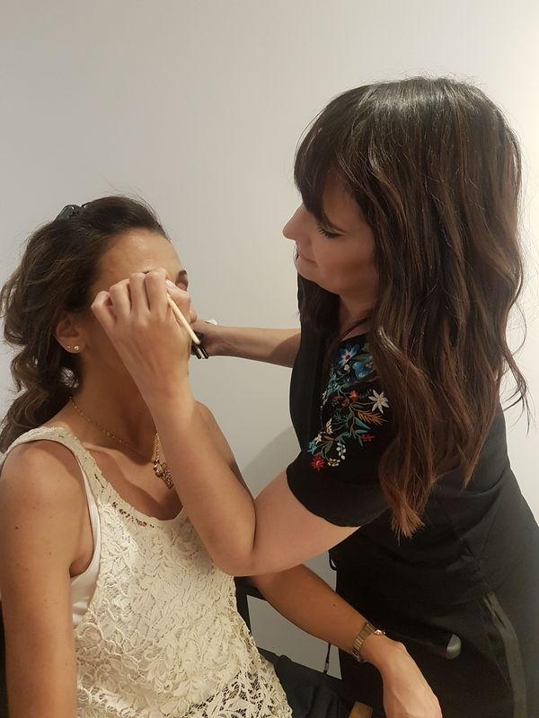 Maquillando a Invitada
