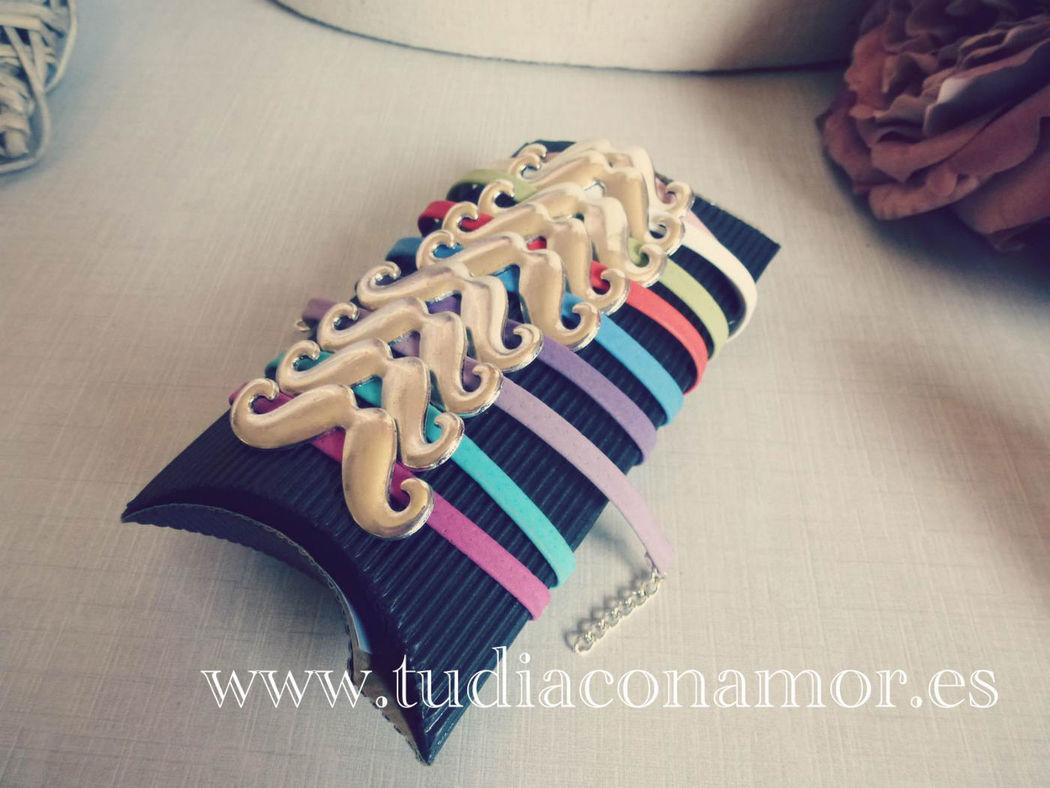 Detalles y regalos de moda, pulseras de colores con bigote o mostacho