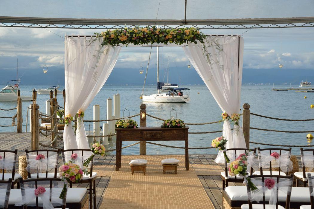 Em frente ao Pier 151 sempre tem um barquinho complementando a decoração do altar.