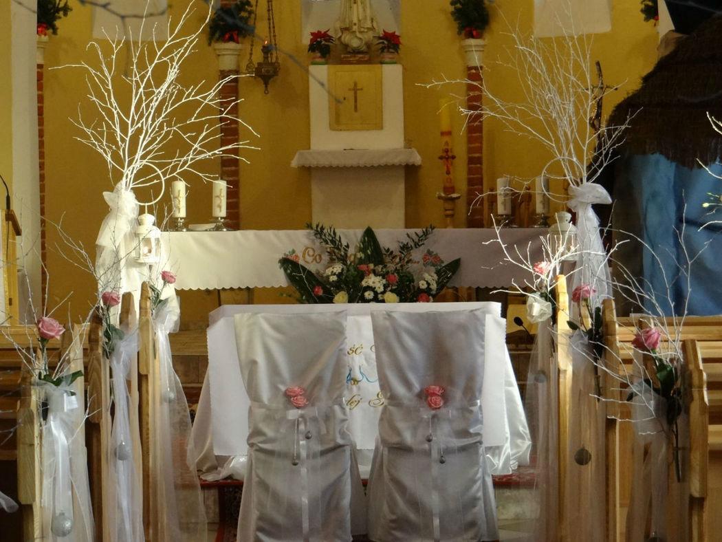 Zimowe dekoracje kościoła w Mostach