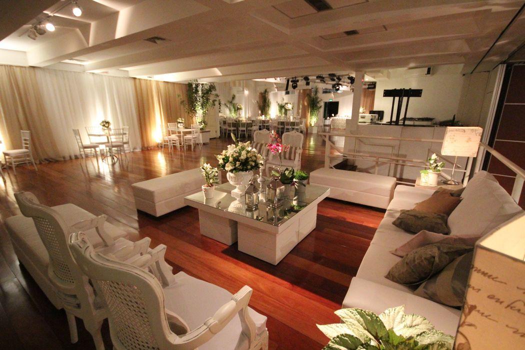Lounge com sofás, cadieras e puffs