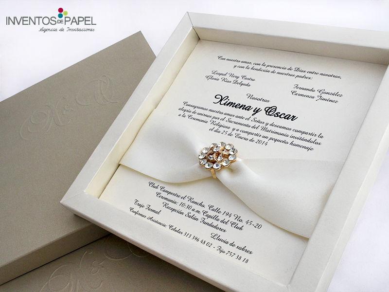 Invitación de matrimonio elegante con broche