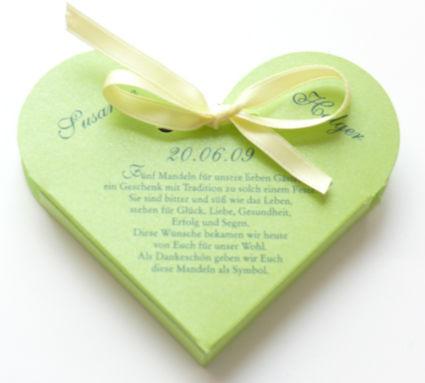 Beispiel: Gastgeschenk farbiges Herz mit Dankesspruch, Foto: Druckerei Leue.