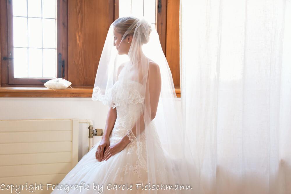 Beispiel;Die Braut während der Vorbereitung vor der Zeremonie,Foto:Carole Fleischmann Fotografie