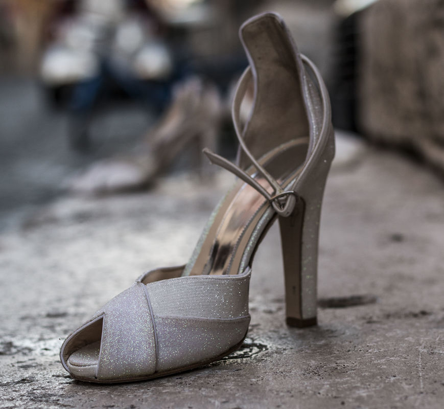 D'Orsay versione ankle strap con open toe, completamente in glitter, plateau interno di 1 cm