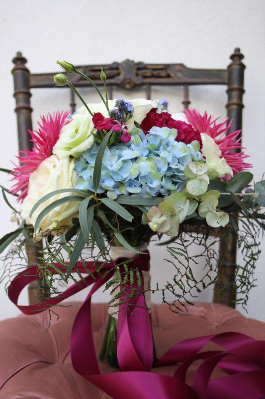 Brautstrauß mit Blau & Magentatönen Foto: Calla Décoration