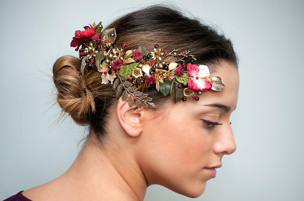 Semicorona de flores y piezas de metal