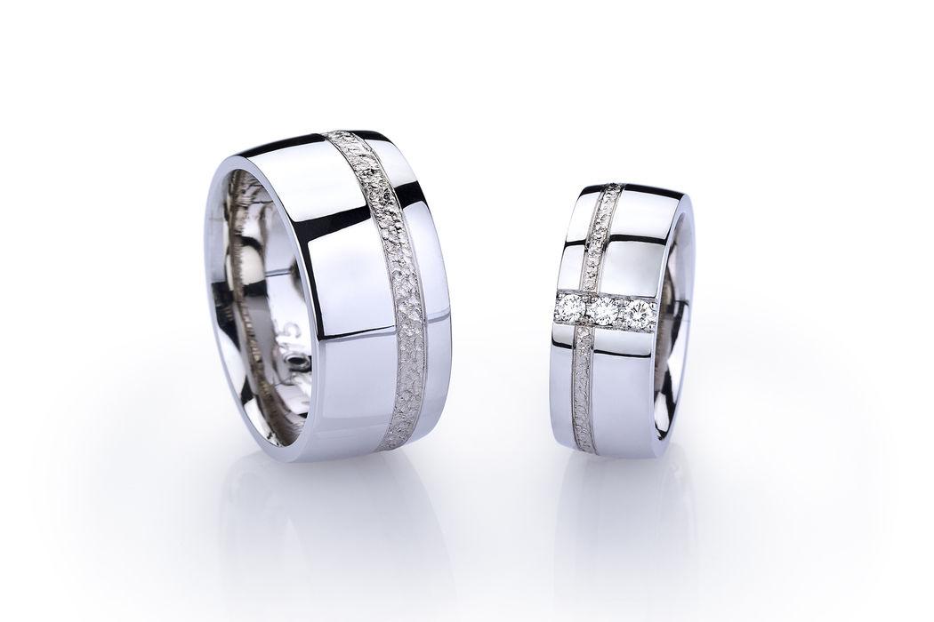 Eheringe in Palladium 950, Weissgold 750 und Diamant, Oberfläche poliert mit gefräster Struktur in Weissgold-Band. Diese Ringe wurden vom Pärchen in einem 10-Stündigen Kurs selber hergestellt