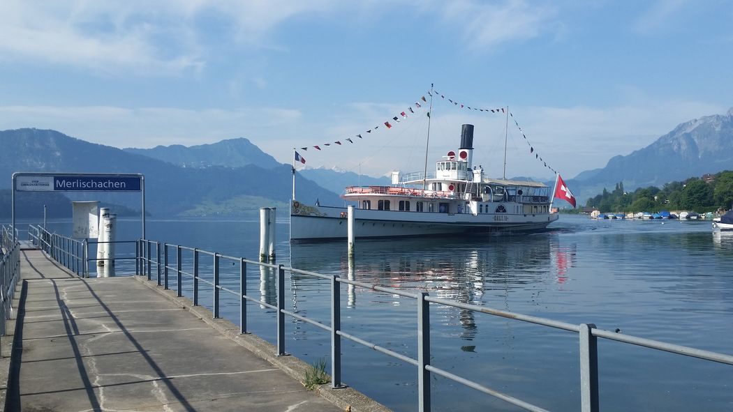 Schiffstation Merlischachen 1 Gehminute von den Hotels entfernt