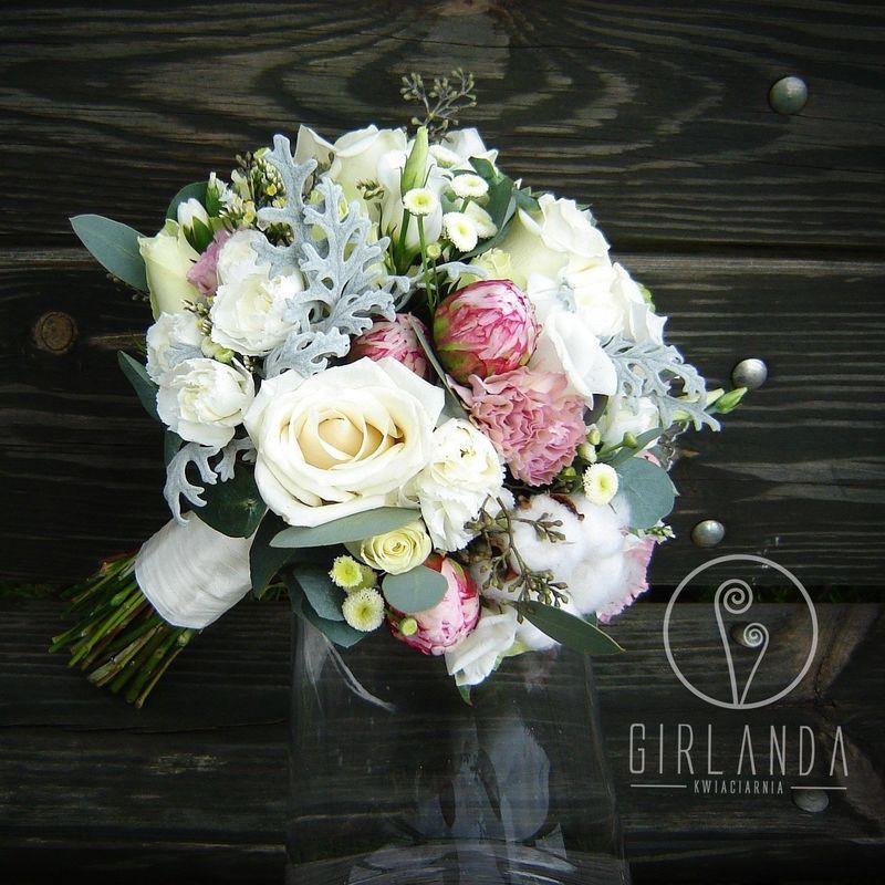 Bukiet z ślubny z odcieniami różu, bielą i szarością.
