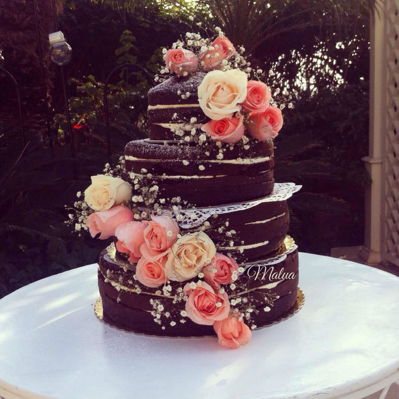 naked cake de chocolate rellena de buttercream y decorada con flores naturales