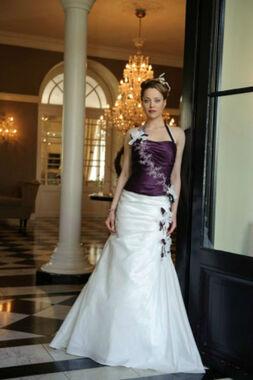 Beispiel: Brautkleid: Vera Bride, Foto: Daniela´s Weddingfashion.