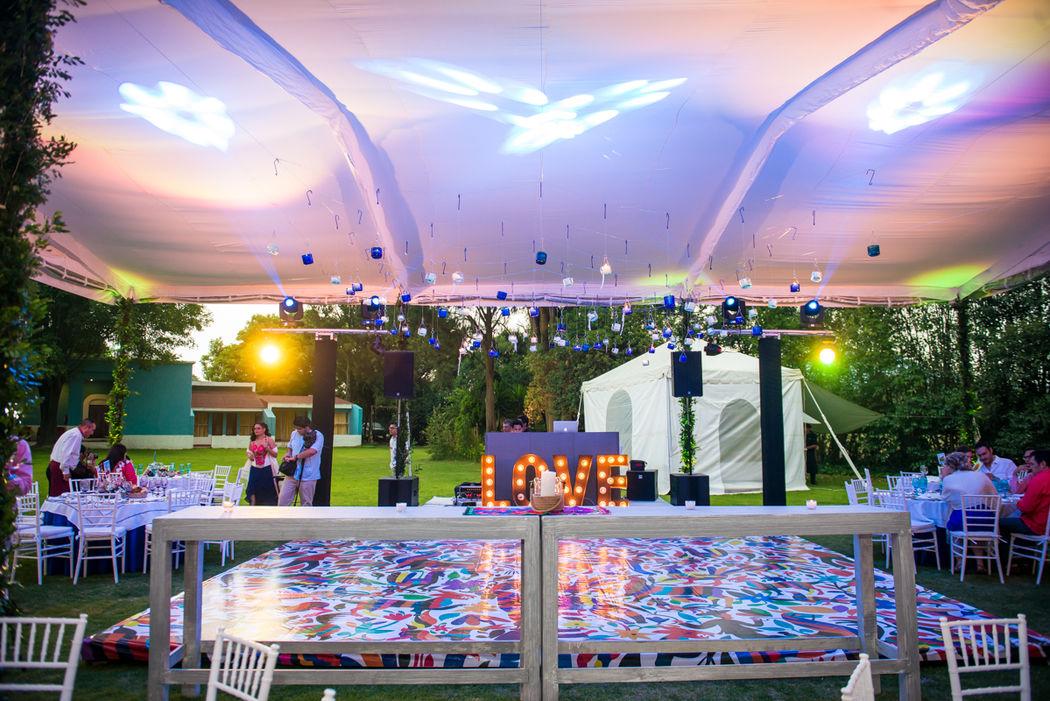 Montaje con equipo de Audio, Iluminación robótica de pista, pista personalizada, DJ booth LOVE y baño de color en carpa.