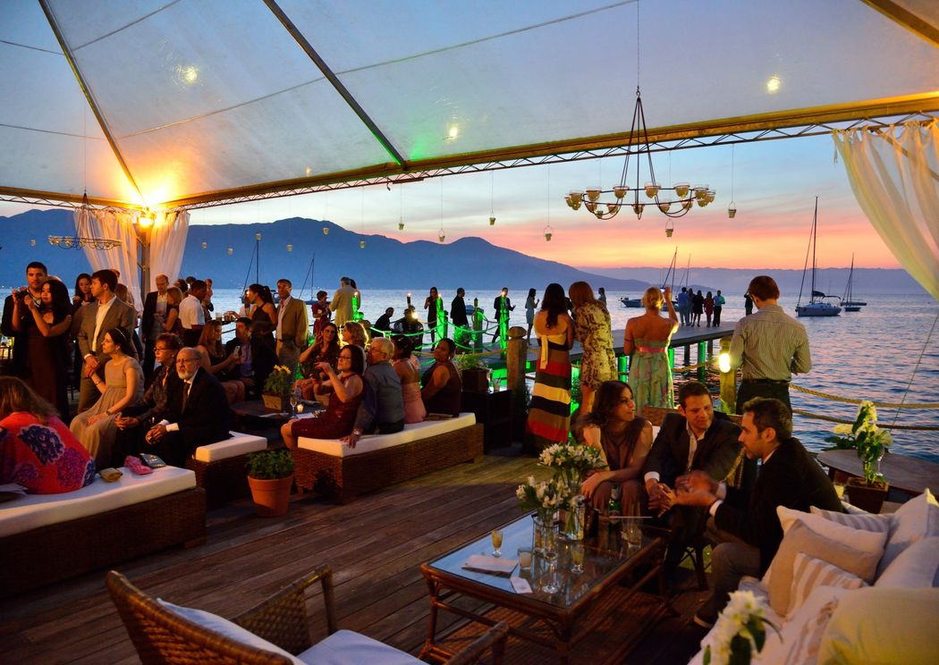 Após a cerimônia, lounges são arranjados para melhor acomodar os convidados e a festa continua sobre o mar.