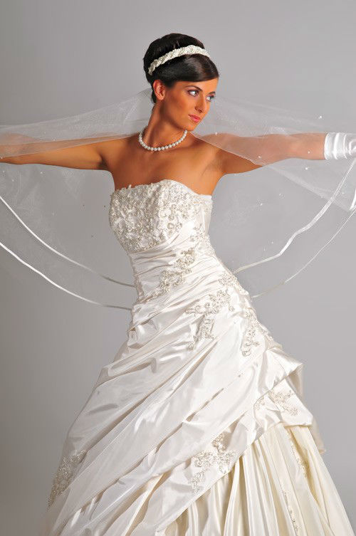 Beispiel: Brautkleider und Accessoires, Foto: Saray Brautmoden.