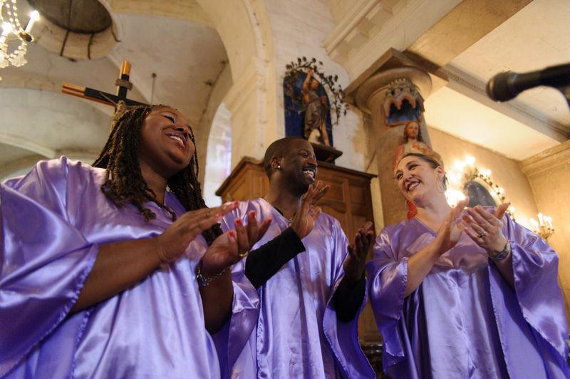 Groupe de Gospel pendant la cérémonie religieuse du mariage.